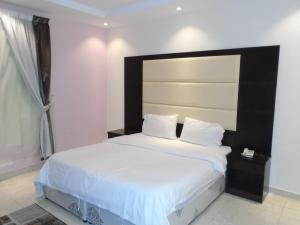 Cama ou camas em um quarto em Rafahiat Jeddah Hotel Suites 2