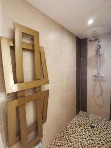 A bathroom at Maison de Charme Alésia
