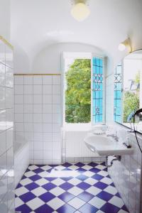 A bathroom at Hotel Bamberger Hof Bellevue