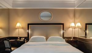 A bed or beds in a room at Hassler Roma