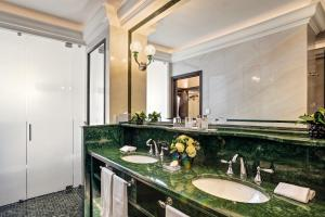 A bathroom at Hassler Roma