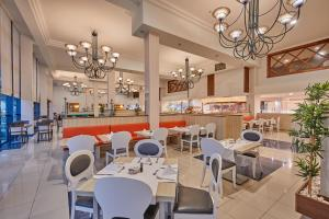 A restaurant or other place to eat at Sandos Papagayo