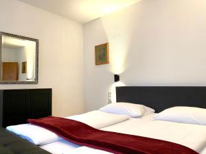 A bed or beds in a room at Hayk Altstadthotel & Appartements