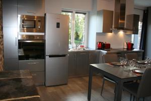A kitchen or kitchenette at A 20 kms du Mont St Michel, Charme à la campagne