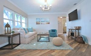 A seating area at 3 Bedroom, Pool, Spa, Renovated Beach House