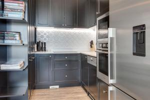 A kitchen or kitchenette at Head For The Hills At Charming Mountain Apartment