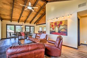 A seating area at West Sedona House with Deck - Mins to Uptown!