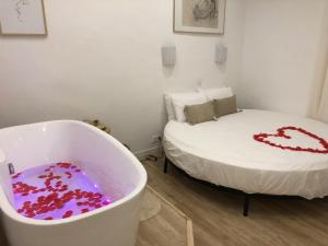 A bed or beds in a room at Urbinn Flat - Lit Rond, Jacuzzi, Vieux-Port