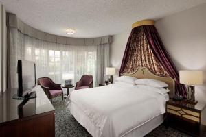 Ein Bett oder Betten in einem Zimmer der Unterkunft Anaheim Majestic Garden Hotel