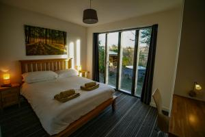 A bed or beds in a room at Beili Glas Cottage