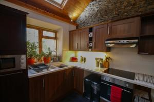 A kitchen or kitchenette at Beili Glas Cottage