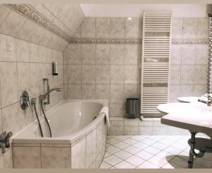 A bathroom at Hotel Kaiserhof Deluxe