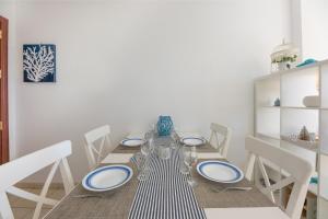 Un restaurante o sitio para comer en beach at 250 m, ocean view, 2 bedrooms, Wi-Fi