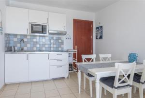 Una cocina o zona de cocina en beach at 250 m, ocean view, 2 bedrooms, Wi-Fi