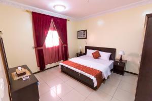 Cama ou camas em um quarto em Al Eairy Apartments Jeddah 3