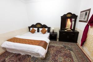 Cama ou camas em um quarto em Al Eairy Apartments - Jeddah 5