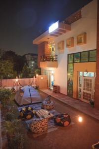 The swimming pool at or close to Hostel Karwaan Jaipur