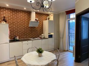 Кухня или мини-кухня в Апартаменты в центре Светлогорска 2