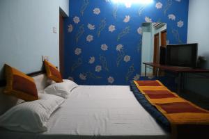 A bed or beds in a room at Hotel Shri Karni Vilas