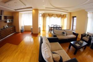 Uma área de estar em BAKU CITY CENTRE APARTMENT