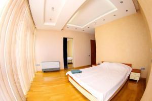 Cama ou camas em um quarto em BAKU CITY CENTRE APARTMENT