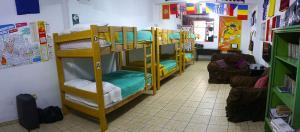 Ein Etagenbett oder Etagenbetten in einem Zimmer der Unterkunft Paypurix Hostel Lima Airport