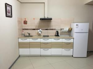 Кухня или мини-кухня в Apartment on Leningradskaya 81