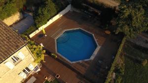 Vue sur la piscine de l'établissement Château MontPlaisir charming b&b in Provence ou sur une piscine à proximité