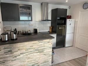 A kitchen or kitchenette at Appartement cocooning