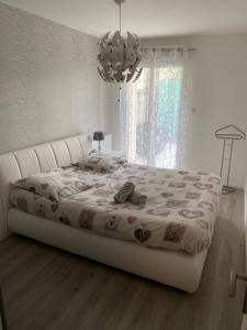A bed or beds in a room at Appartement cocooning