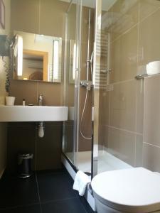 A bathroom at Hôtel De Fleurie