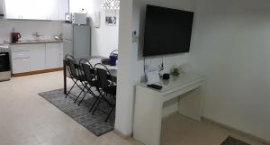 טלויזיה ו/או מרכז בידור ב-דירת נופש בוטיק - נוף לרבי שמעון