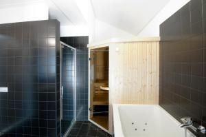 A bathroom at Waterrijk Oesterdam villas