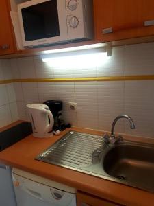 A kitchen or kitchenette at Résidence GOELIA Sun City