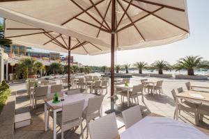 Reštaurácia alebo iné gastronomické zariadenie v ubytovaní Resort del Mar