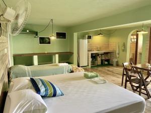 A bed or beds in a room at Suite Pé na Areia em Ilhabela