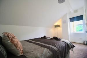 A bed or beds in a room at #StayHere 5 - Sleeps 10, Close To Leeds City Centre