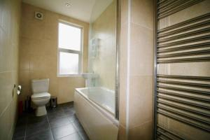 A bathroom at #StayHere 5 - Sleeps 10, Close To Leeds City Centre