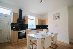 A kitchen or kitchenette at #StayHere 5 - Sleeps 10, Close To Leeds City Centre