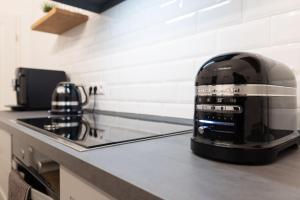 A kitchen or kitchenette at MF1 City Rooms Emden