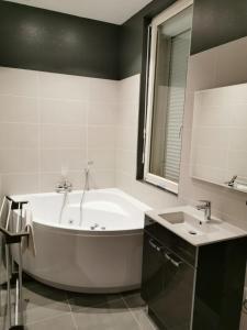 A bathroom at Appartement GRIS - LOVE SUITE - BALNEO-JACCUZI