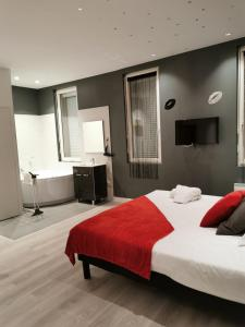 A bed or beds in a room at Appartement GRIS - LOVE SUITE - BALNEO-JACCUZI