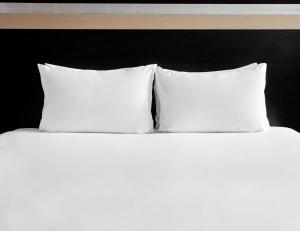 A bed or beds in a room at Holiday Inn Manchester Central Park, an IHG Hotel