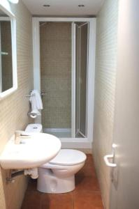A bathroom at Hostal Europa