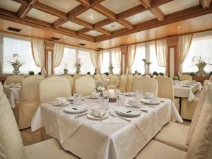 Ein Restaurant oder anderes Speiselokal in der Unterkunft Rumer Hof