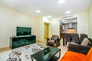 Uma área de estar em Port Baku Residance Room 215
