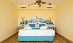 Een bed of bedden in een kamer bij Blue Sea Costa Bastian