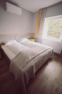 A bed or beds in a room at Villa Piazzetta