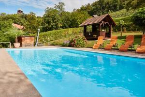 Der Swimmingpool an oder in der Nähe von Hotel Domittner