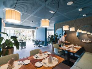 A restaurant or other place to eat at OCEANO Hotel Health Spa